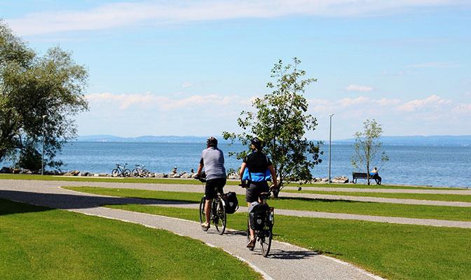 Zwei Radfahrer am Bodensee
