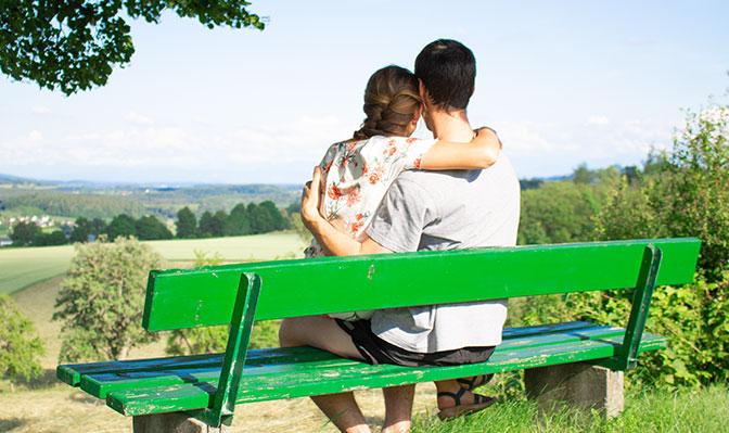 Paar genießt tollen Ausblick