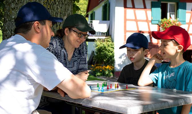Familie spielt Spiel