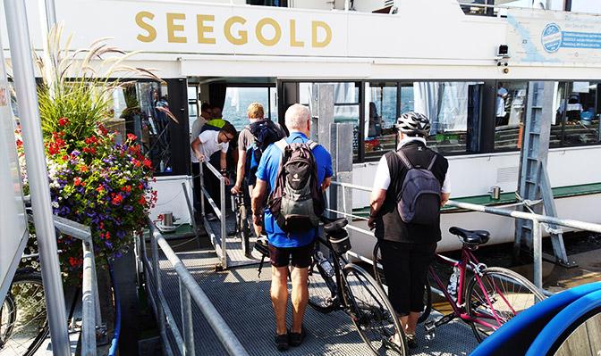 Auf dem Schiff mit dem Fahrrad