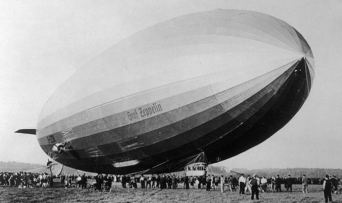 Schwarz-weiß Aufnahme Zeppelin